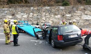 Una dona en estat greu en un accident amb tres vehicles implicats a Aixovall