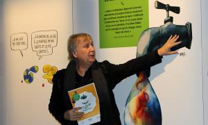 El president de Cartooning for Peace, Jean Plantu, explica les obres de l'exposició.