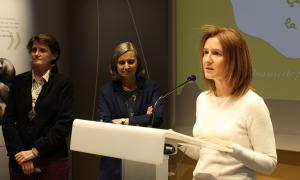 La ministra de Medi Ambient, Agricultura i Sostenibilitat, Sílvia Calvó, acompanyada de l'ambaixadora de França a Andorra, Jocelyne Caballero, i la delegada general de l'associació Cartooning for Peace, Barbara Moyersoen, durant la inauguració.