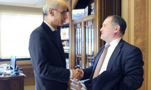 l cap de Govern Toni Martí saluda al diputat portuguès Paulo Pisco.