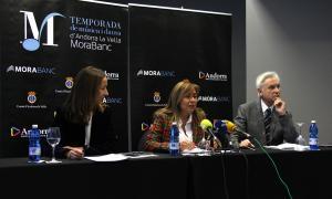 La directora general adjunta de MoraBanc, Gisela Villagordo; la cònsol major d'Andorra la Vella, Conxita Marsol, i el director artístic de la temporada, Josep Maria Escribano, presentant la cita.