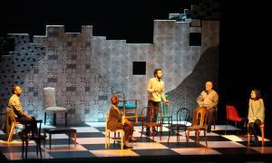 Un moment de l'obra 'Aniversari', produïda per l'ENA i L'animal escola de teatre.