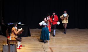 Els actors i actrius de la companyia Xuriach durant l'obra 'La Rigoberta i el Rigodó fan el ball rodó'.