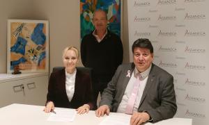 El president d'Assandca, Josep Saravia, i la comissària de l'exposició artística i fundadora de CVC Fine Art, Christina de Vreeze.