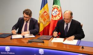 El ministre d'Educació i Ensenyament Superior en funcions, Eric Jover, i el secretari d'Estat de Ciència, Tecnologia i Ensenyament Superior de Portugal, João Sobrinho Teixeira, durant la signatura de l'acord.