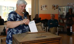 Els participants introdueixen la seva butlleta dins de l'urna.