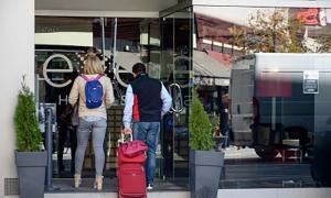 Dos turistes entren a un hotel.