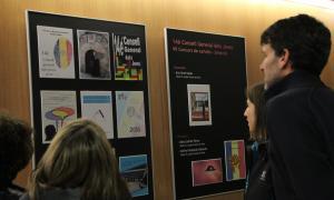 Uns joves miren uns cartells sobre política.