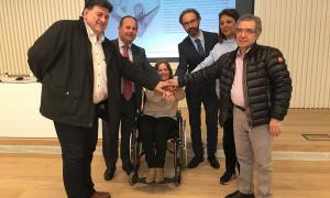 Els representants de les associacions amb directius de Vall Banc.