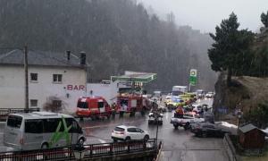 Dotacions de bombers, policia i ambulàncies al lloc dels fets.