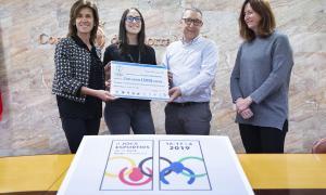 La consellera de Social i Participació Ciutadana del comú d'Andorra la Vella, Ester Vilarrubla, amb la guanyadora del concurs per crear la imatge dels Jocs, Georgina Lladós, i Jordi Cerqueda, del COA.
