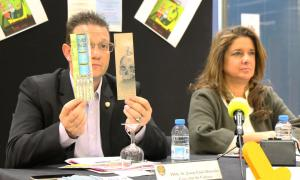 El conseller de Cultura, Josep Lluís Donsión, mostra els punts de llibre guanyadors de l'edició del 2018.