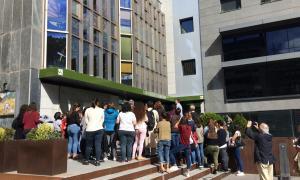 Una concentració d'alumnes davant l'UdA.