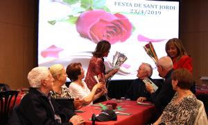 La cònsol major d'Andorra la Vella, Conxita Marsol, i la consellera de Social i Participació Ciutadana, Ester Vilarrubla, en el repartiment de roses i llibres.