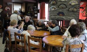 Padrins celebrant el berenar de Sant Jordi a la casa Pairal d'Ordino.