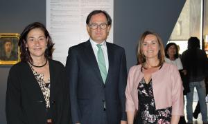 Olga Gelabert, ministra de Cultura, Joventut i Esports en funcions, acompanyada del director general de Crèdit Andorra, Xavier Cornella, i la directora de la Fundació Crèdit Andorrà, Francesca Ros.