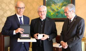 El copríncep episcopal, Joan-Enric Vives, fa entrega d'una placa al cap de Govern en funcions, Toni Martí.
