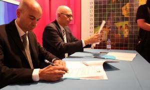 Pep Farràs i Miquel Nicolau en el moment de la signatura.