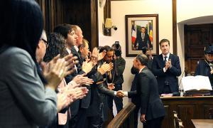 El nou cap de Govern, Xavier Espot, dona la mà al cap de l'oposició, Pere López.