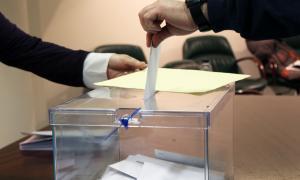 Un ciutadà exercint el seu dret a vot, al consolat espanyol.