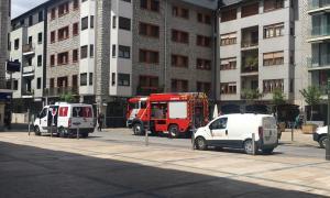 Els bombers actuant al punt on ha tingut lloc l'incendi.