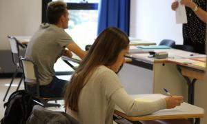 Alumnes examinant-se.