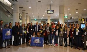 Les dues primeres famílies de refugiats a Andorra, a la seva arribada a l'aeroport del Prat el mes d'octubre.