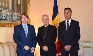 El copríncep episcopal, Joan Enric Vives, amb el president del grup parlamentari Ciutadans Compromesos, Carles Naudi i el president suplent, Raül Ferré.