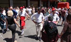 Els fadrins de la parròquia ballen el contrapàs.
