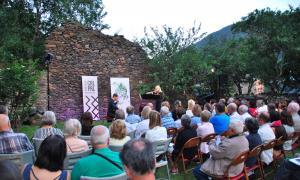Un moment del concert del Duo Divertimento a Cal Pal de la Cortinada.