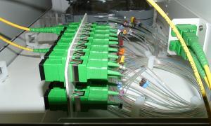 Connexió a internet per fibra òptica.