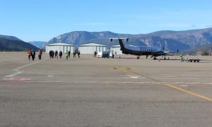 Els viatgers travessen la pista després de l'arribada d'un vol a l'aeroport d'Andorra-la Seu d'Urgell.