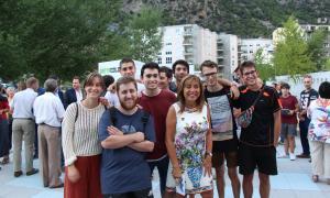 Part del grup de joves de la comissió de festes de Santa Coloma amb la cònsol major d'Andorra la Vella.