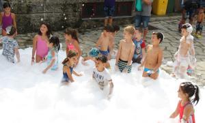 Nens jugant a la festa de l'escuma de Santa Coloma.