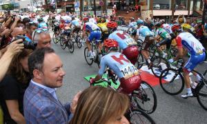El Cap del Govern Xavier Espot i la cònsol major Conxita Marsol, xalant amb la sortida de La Vuelta des d'Andorra la Vella.