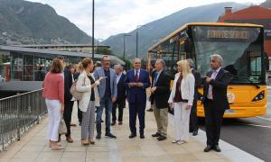 Els titulars de Medi Ambient, Educació i Afers Socials, Sílvia Calvó, Ester Vilarrubla i Víctor Filloy, i els representants de les concessionàries de les línies d'autobús.