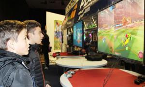 Nens jugant a un videojoc.
