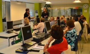 Un moment del curs de telèfon mòbil a L'espai de la Fundació Crèdit Andorrà.