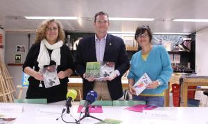 El conseller de Cultura del comú, Josep Lluís Donsión; la responsable de l'Escola d'Art, Maria Lluelles, i la professora Esther Armengol.