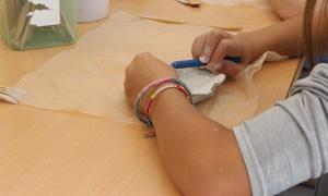 """La Capsa acull una jornada de portes obertes per donar a conèixer """"l'escola i les diferents activitats""""Un moment del taller de ceràmica."""