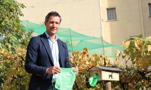 El conseller de Medi Ambient i Innovació d'Andorra la Vella, David Astrié, amb les noves bosses.El conseller de Medi Ambient i Innovació d'Andorra la Vella, David Astrié, amb les noves bosses.