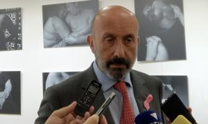 El ministre de Salut, Joan Martínez Benazet, atenent als mitjans de comunicació.