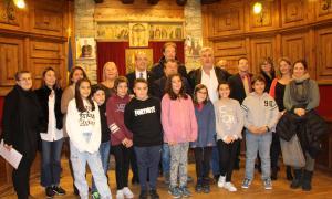 Foto de família dels consellers infantils amb les autoritats del comú de Sant Julià.