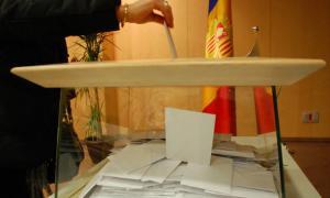 Un home vota durant les eleccions del 2015.