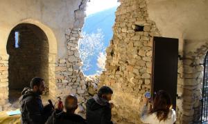 La ministra de Cultura i Esports, Silvia Riva, i el director del Departament de Patrimoni Cultural, Xavier Llovera, visiten l'església de Sant Vicenç d'Enclar després de l'enfondrament del campanar.