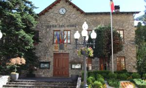 La façana de l'antiga casa comuna de Sant Julià de Lòria, on se celebren les sessions de consell de comú.