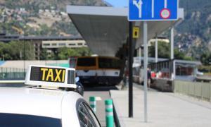 Un taxi espera a la parada de l'Estació Nacional d'Autobusos.