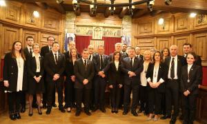 Els nous cònsols i consellers comunals de Sant Julià de Lòria, amb l'antiga corporació.