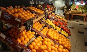 La secció de fruiteria d'una gran superfície comercial.