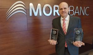 Ignasi Martín, director de l'àrea de Experiència Global de Client de MoraBanc, amb els premis.